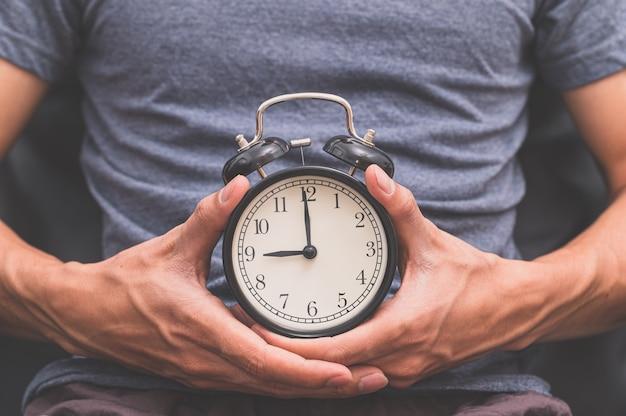 Een man met een horloge