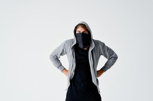 Een man met een kap in een masker inbraak diefstal anonimiteit misdaad