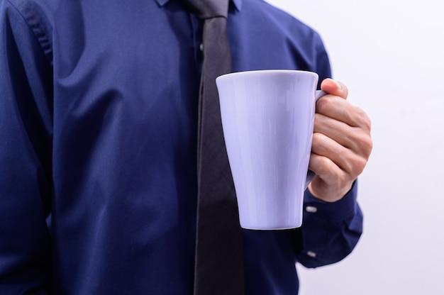 Een man met een koffiekopje