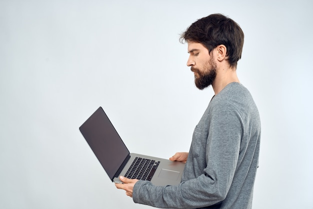 Een man met een laptop in de handen van professionals die technologie draadloos apparaat communiceren
