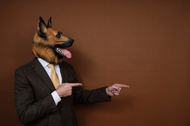 Een man met een latex hondenhoofdmasker gebaren