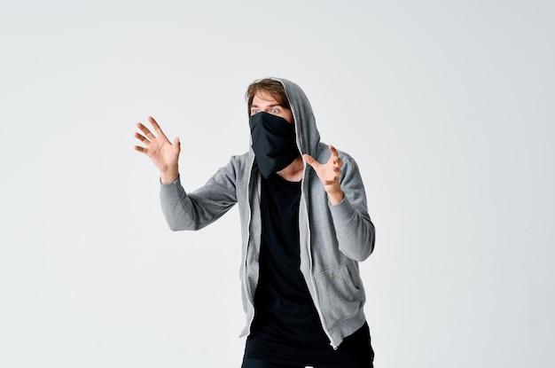 Een man met een masker sluipt een diefstalatelier