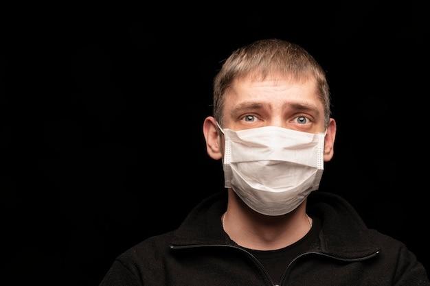 Een man met een medisch masker beschermt zichzelf en is bang voor infecties en virussen. f