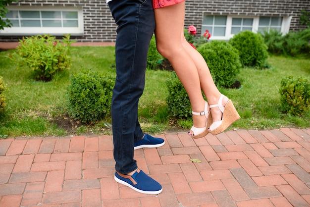 Een man met een meisje hand in hand op straat.