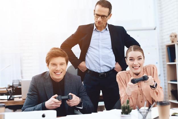Een man met een meisje speelt computerspelletjes