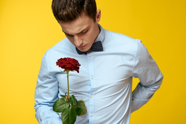 Een man met een mooie roze bloem in zijn handen