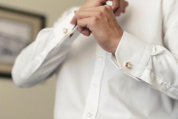 Een man met een overhemd en manchetknopen