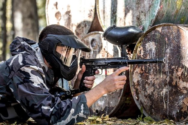 Een man met een pistool paintball spelen.
