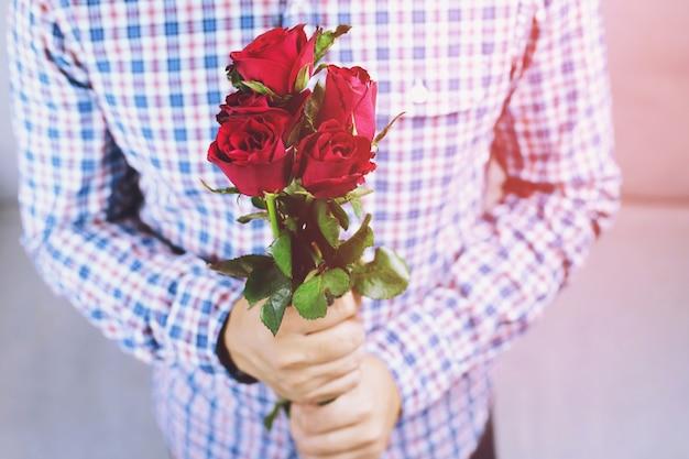 Een man met een rode roos voor een vriendin op valentijnsdag