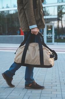 Een man met een tas op de luchthaven