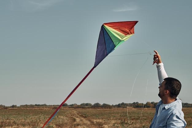 Een man met een tweejarig kind vliegt vliegeren. spelen met kinderen, vaderschap.