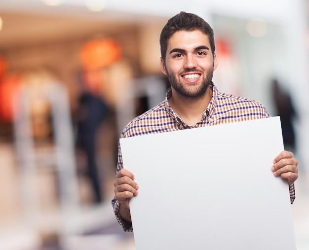 Een man met een vel papier