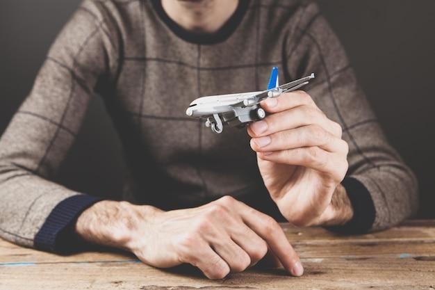 Een man met een vliegtuig in zijn hand