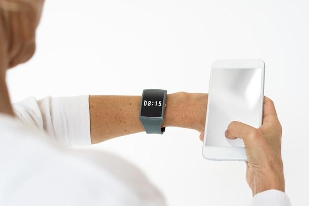 Een man met horloge die tijd controleert