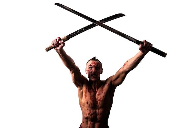 Een man met twee katana's in zijn handen, in het bloed van de vijand. blokkeert klappen. geïsoleerd op een witte achtergrond. voor welk doel dan ook.