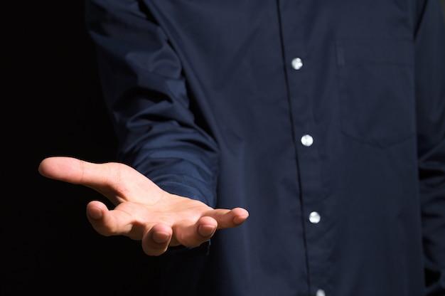 Een man met zijn hand in een blauwe jurk