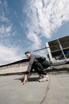 Een man oefent parkour, rent en springt over obstakels
