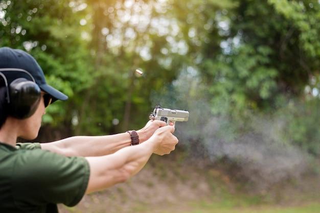 Een man oefent schietpistool