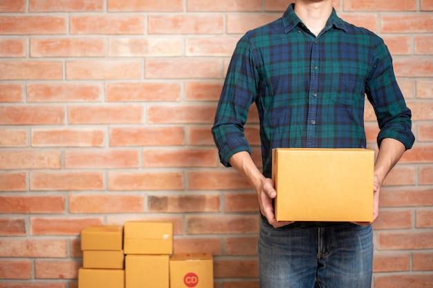Een man ondernemer ondernemer mkb bedrijf is een verpakking om zijn klant te sturen