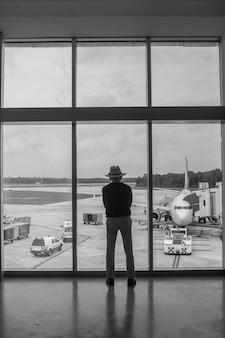 Een man op de luchthaven