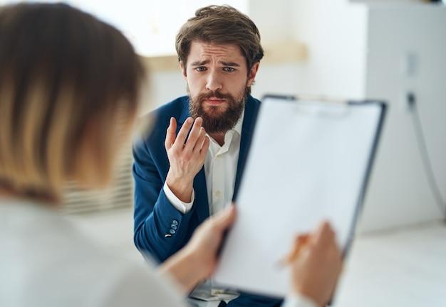 Een man op het consult van een psycholoog, diagnose van communicatieproblemen