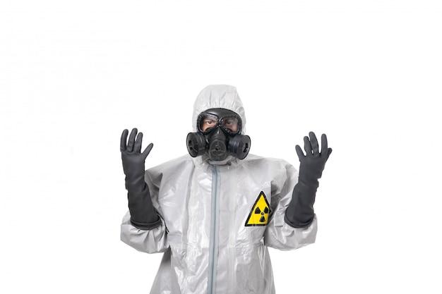 Een man poseert in een grijs beschermend pak