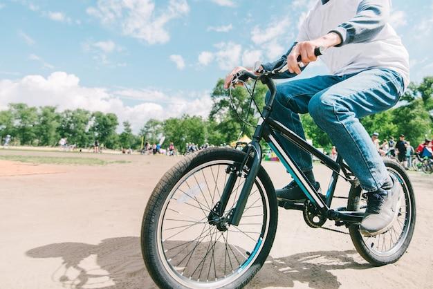 Een man rijdt op een mountainbike op een zonnige zomerdag. hipster fietst in het park