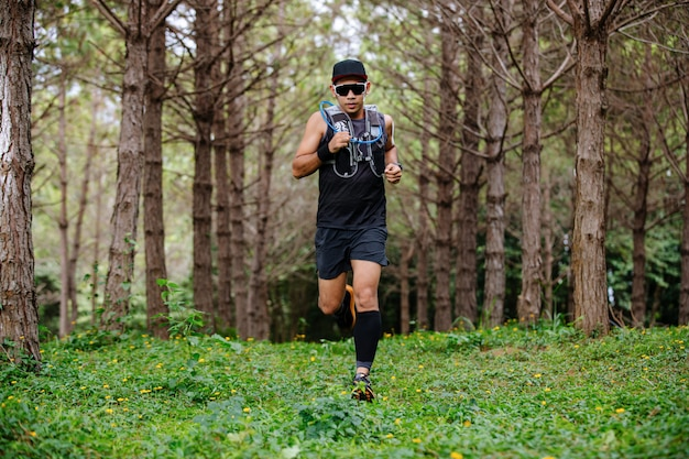 Een man runner of trail en voetschimmel die sportschoenen draagt voor trailrunning in het bos