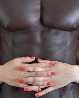 Een man's hand streelt de buik van een vrouw