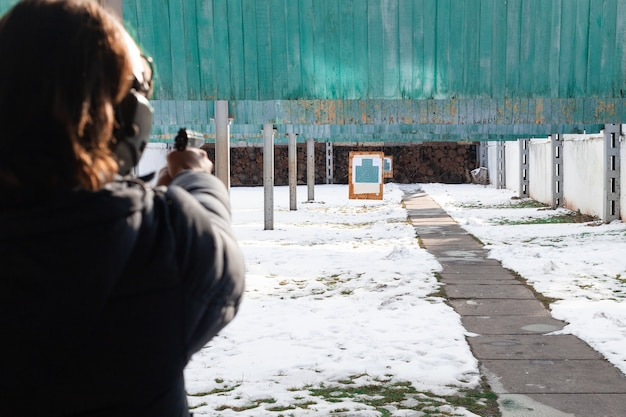 Een man schiet een doelwit in een streep