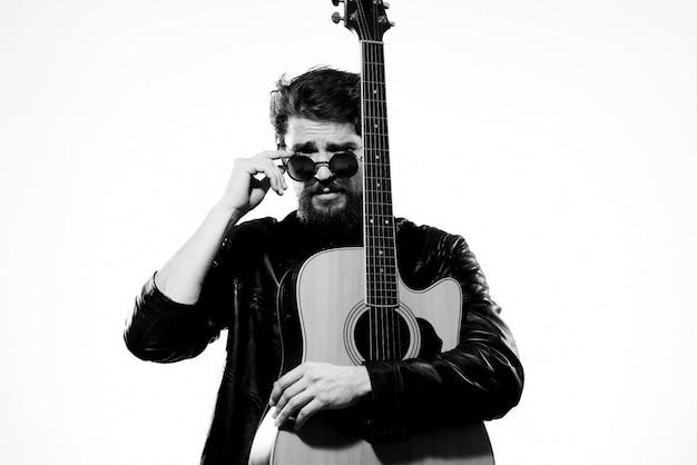 Een man speelt een elektrische gitaar, zwart-wit foto
