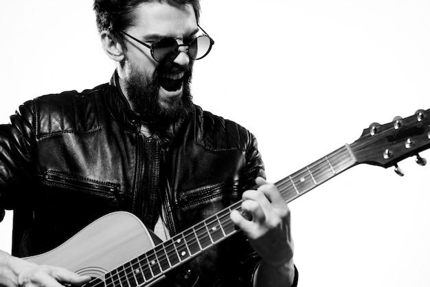 Een man speelt een elektrische gitaar, zwart-witfoto