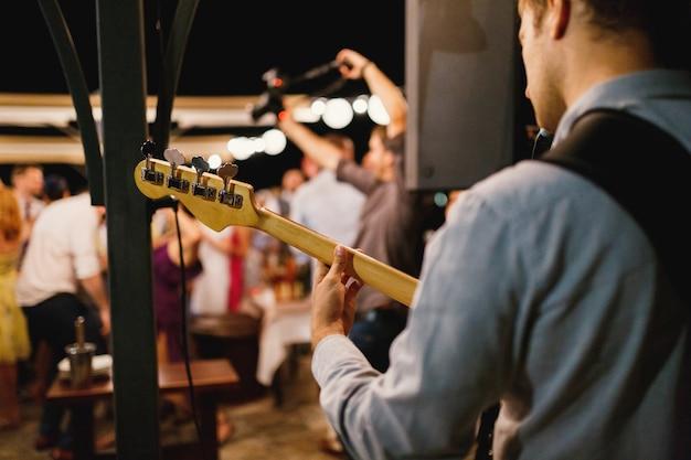 Een man speelt gitaar tijdens een concert