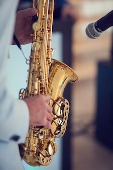 Een man speelt met saxofoon