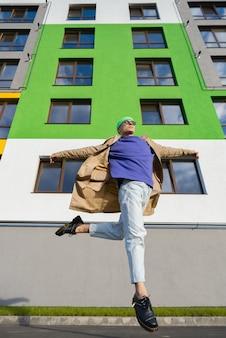 Een man springt op straat
