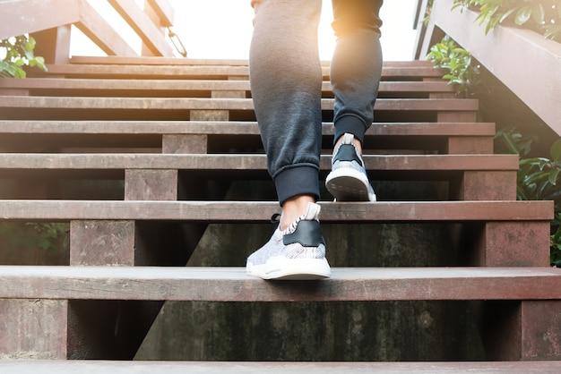 Een man stap op naar succes, sport man is klimmen op houten stap