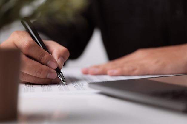 Een man tekent een contract close-up business deal concept meeting een man tekent een contract