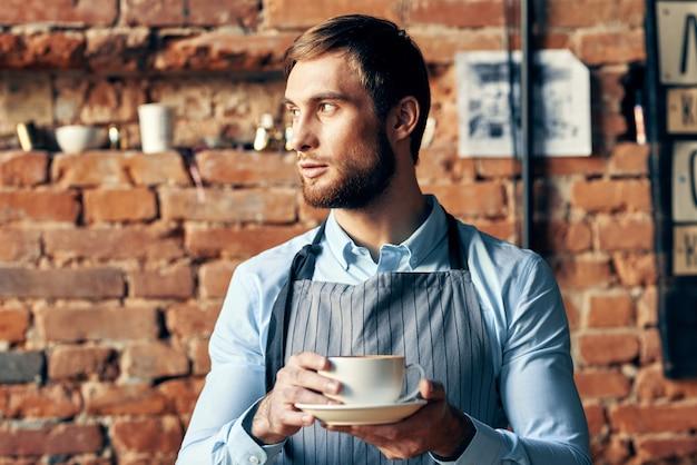 Een man van het drinken van een kopje koffie