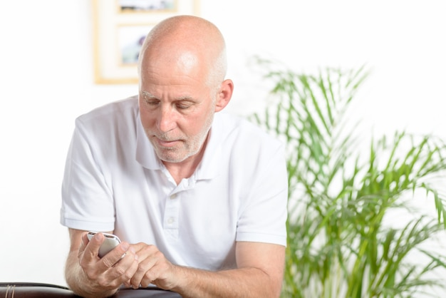 Een man van middelbare leeftijd aan de telefoon