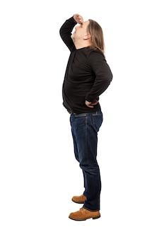 Een man van middelbare leeftijd met lang haar kijkt omhoog, zijaanzicht. geã¯soleerd op een witte achtergrond