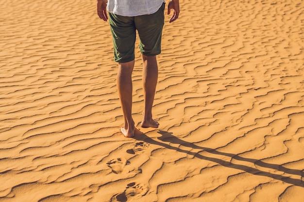 Een man verdwaald in de rode woestijn in vietnam, mui ne.