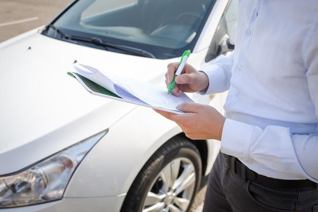 Een man vult documenten in en ondertekent deze op de achtergrond