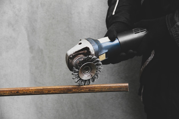 Een man werkt met een haakse slijper