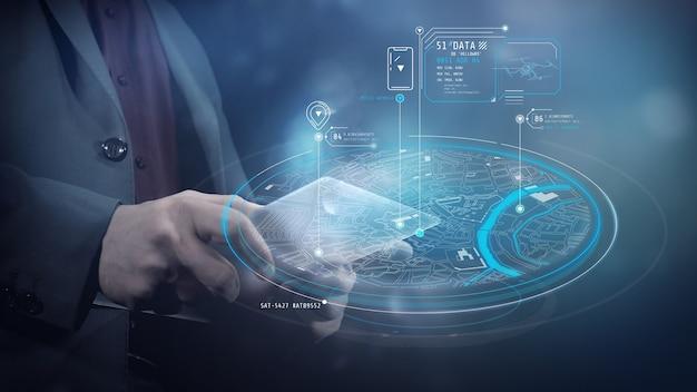 Een man werkt met een virtuele kaart via een tablet