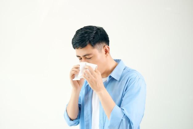 Een man wordt verkouden, ziek, aziatisch