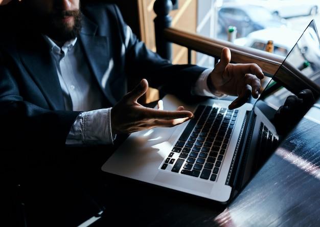 Een man zit in een café voor een laptop die internettechnologie gebruikt. hoge kwaliteit foto