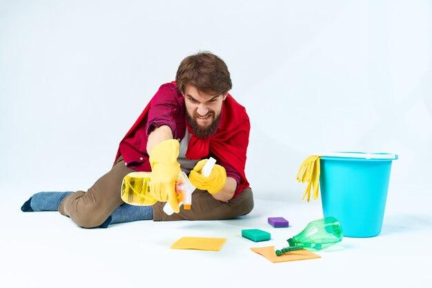 Een man zittend op de vloer hygiëne hygiëne thuiszorg schoonmaken. hoge kwaliteit foto