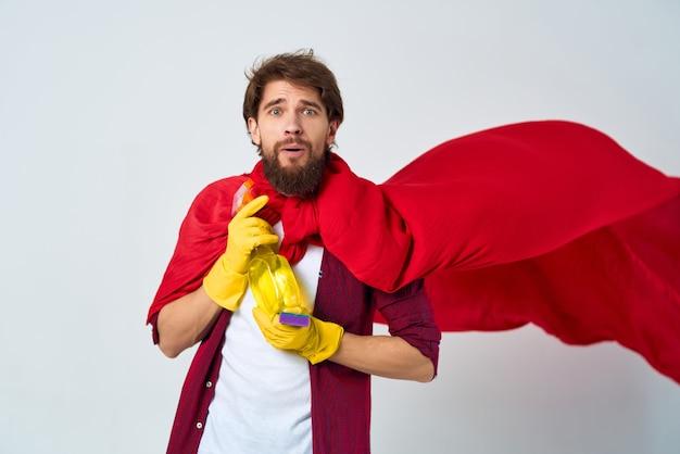 Een man zittend op de vloer rode mantel wassen accessoires dienstverlening
