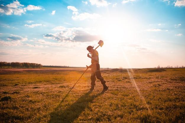 Een man zoekt een schat met een metaaldetector