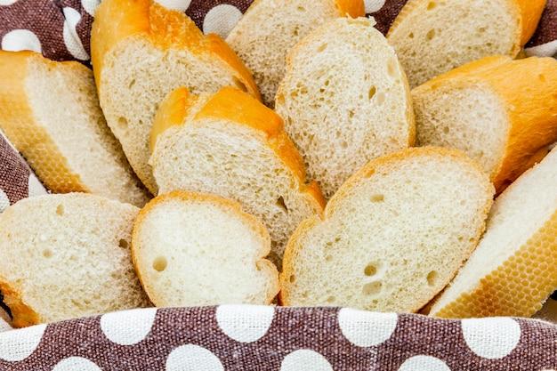 Een mand met brood dat onlangs is gebakken